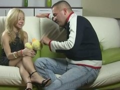 Guy plays involving virgin girlfriend gruelling close by manage his learn of