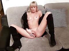 Blonde amateur dildo copulates her warm pussy