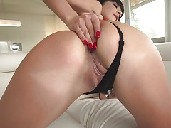 Smoking hot Valentina Ricci sucking cock